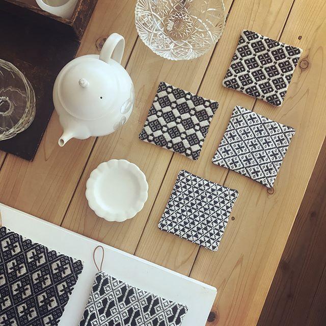本日も18時まで営業いたします。…竹村聡子さんの器に合わせて、当店の定番商品の中からお茶の時間を楽しむためのおすすめアイテムをピックアップしてご紹介いたしております。カエコ手芸店さんのこぎん刺し作品、器をさりげなく引き立てるシックな色目のものを中心に再入荷いたしました。 一針一針ていねいに仕上げられた細かな模様を眺めているとほっこりと温かな気持ちになりますね。 #コースター #ポットマット #ポットホルダー #こぎん刺し