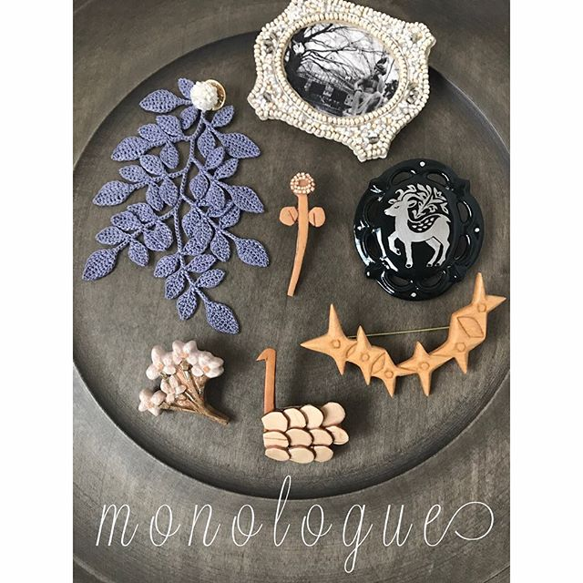 10月は二つの企画展示を開催いたします。前半は春秋の恒例となりましたブローチ展。秋冬の装い向きのモチーフや、シックなおめかしスタイルにおすすめな、少しだけ特別感のあるブローチを各作家が提案してくれます。どうぞお楽しみに。 #鎌倉 #ブローチ..ブローチ展小さな小さなたからもの vol.9「monologue」.10月6日(土)-13日(土)会期中 8日(月)休業.ao11(木彫)ninon(白樺)Tralalala.(クロッシェレース)原田恵(ビーズ刺繍)竹村聡子(陶磁).はりしごとfukuブラウスとバッグの受注を承ります。詳細は後ほど。